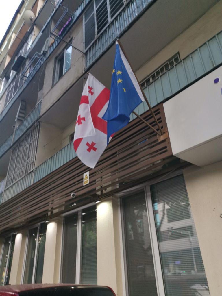 Flaga UE powiewa zazwyczaj tuż obok flagi Gruzji - to warto wiedzieć przed wyjazdem do Gruzji