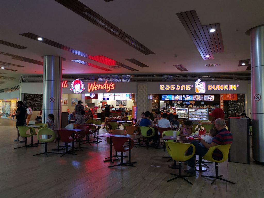Wendy's i Dunkin' Donuts w centrum handlowym w Tbilisi