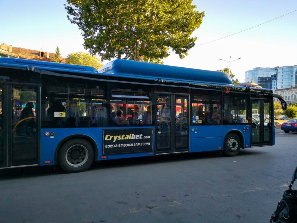 Transport w Gruzji - nowszy model autobusów w Tbilisi