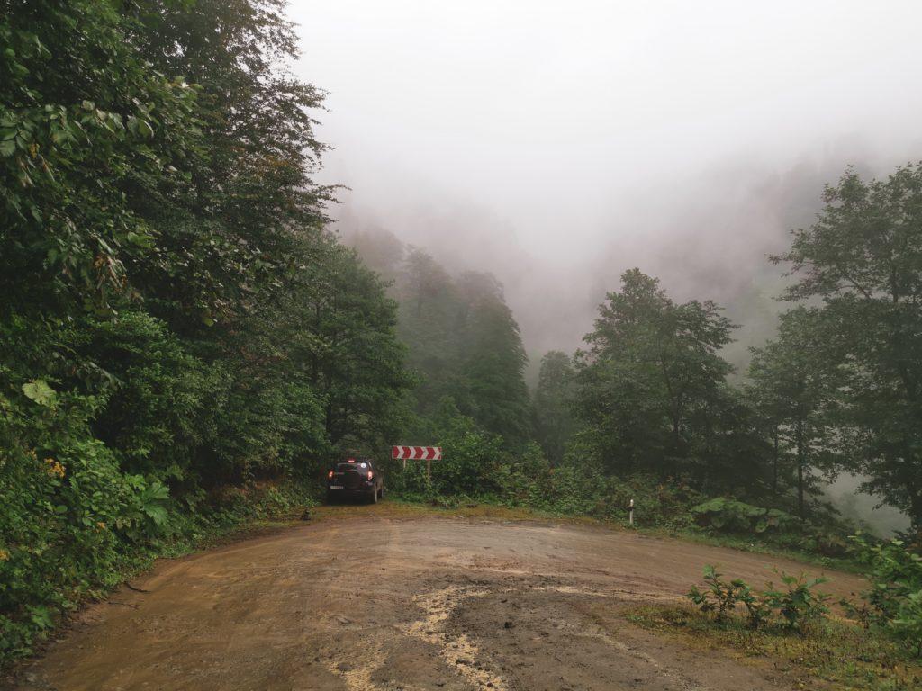 Deszcz i mgła spowodowały małą ślizgawkę na drodze 😬