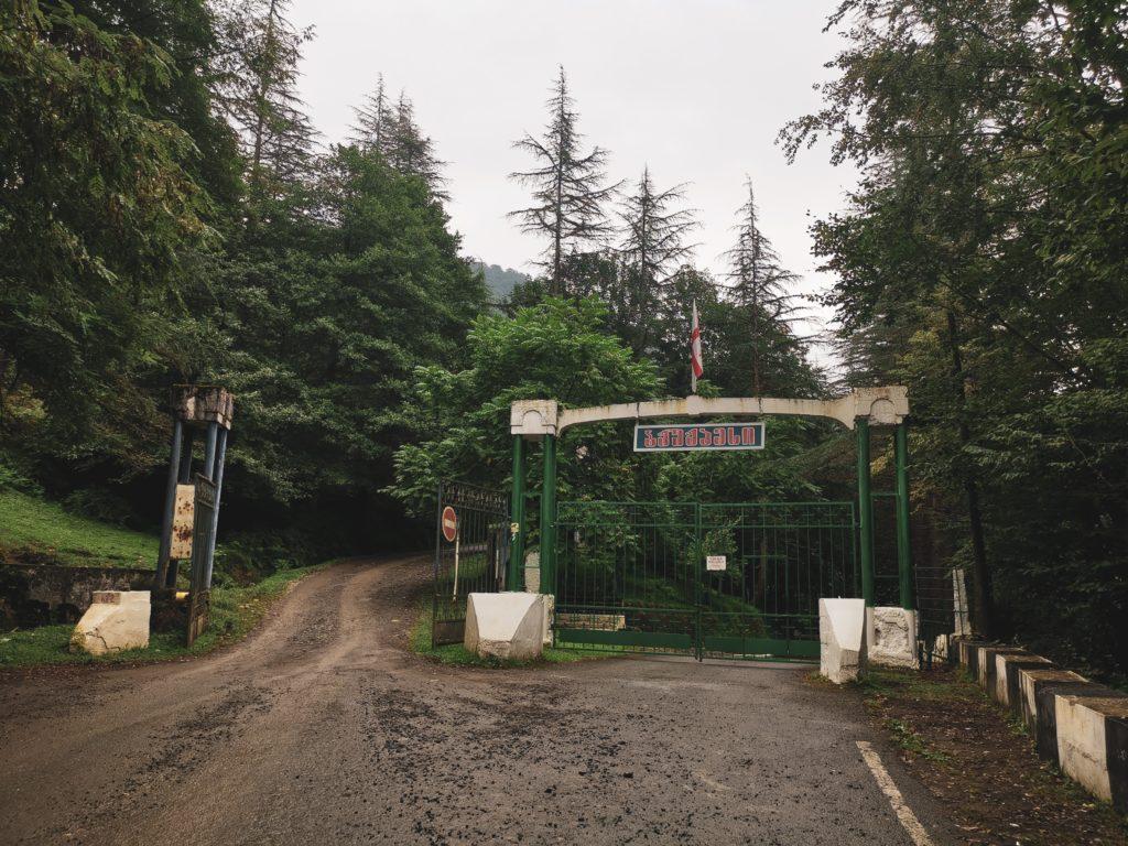 Po drodze miniesz takie ogrodzenie - musisz przejechać bramą po lewej stronie, niech nie zmyli Cię znak zakazu 😉