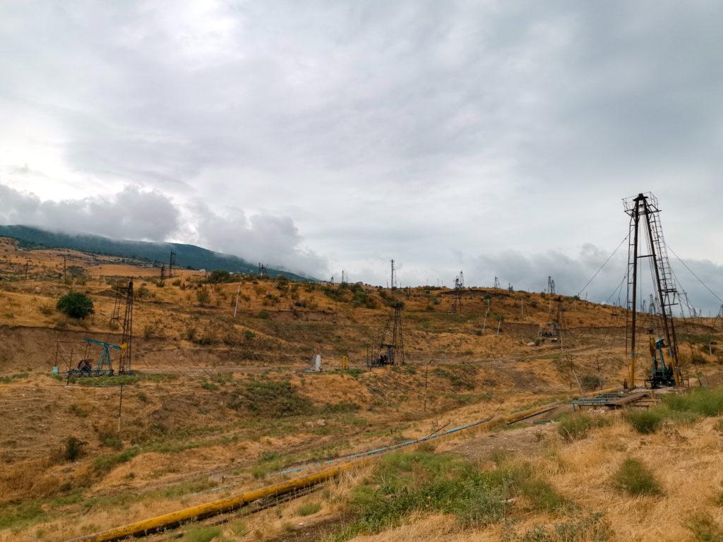 Szyby naftowe porastające wzgórza za Baku