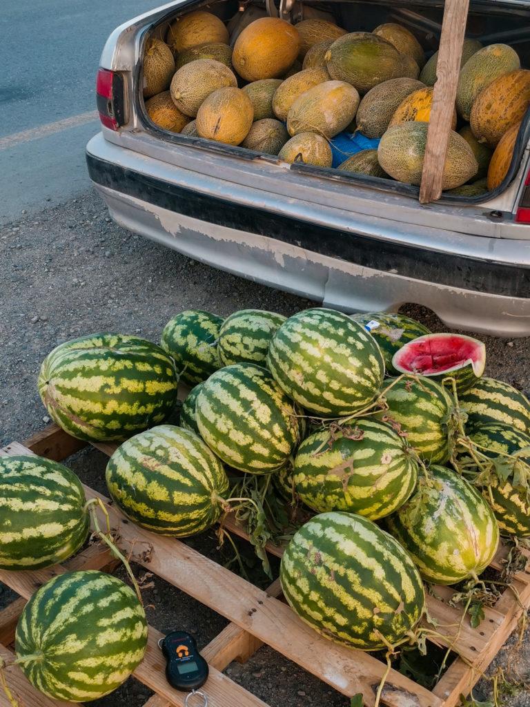 Arbuzy i melony sprzedawane na poboczu autostrady