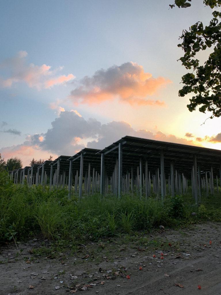 Panele słoneczne na jednej z lokalnych wysp