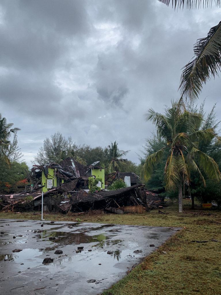 Zawalony budynek hotelu i restauracji - częsty obrazek na Gili Meno