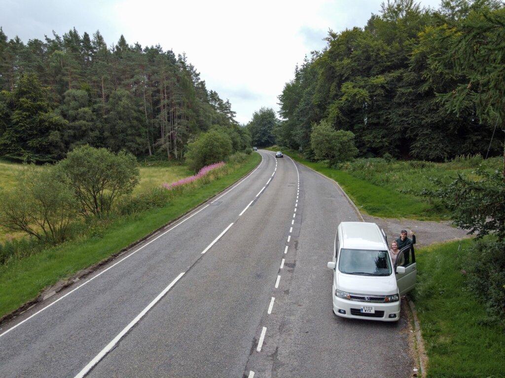 Spanie na dziko w Szkocji - sprawdzanie bocznych uliczek